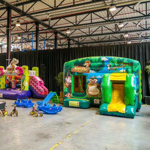 Inrichting met springkastelen en speelgoed op Graco familiedag
