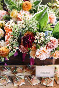 decoratie met bloemstuk met op de voorgrond hapjes tijdens evenement