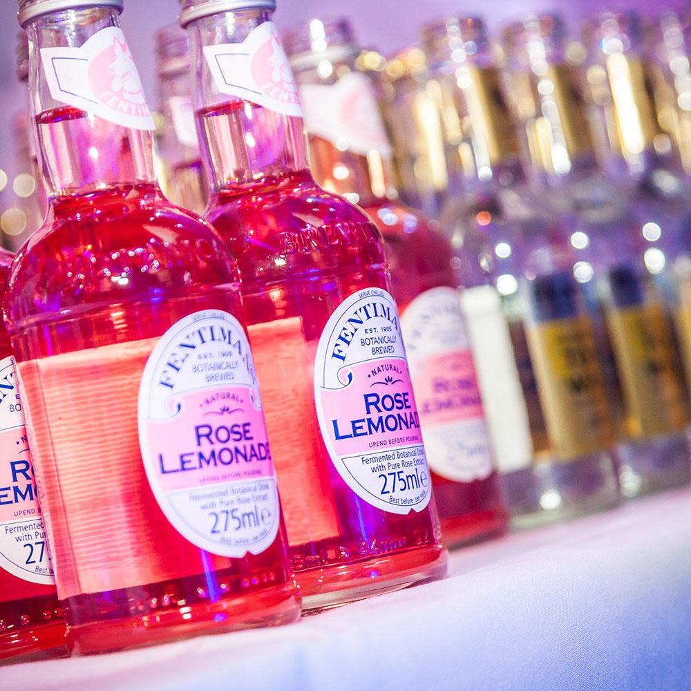 Rose Lemonade op het evenement van Alcon