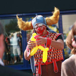 Clown die een ballon maakt