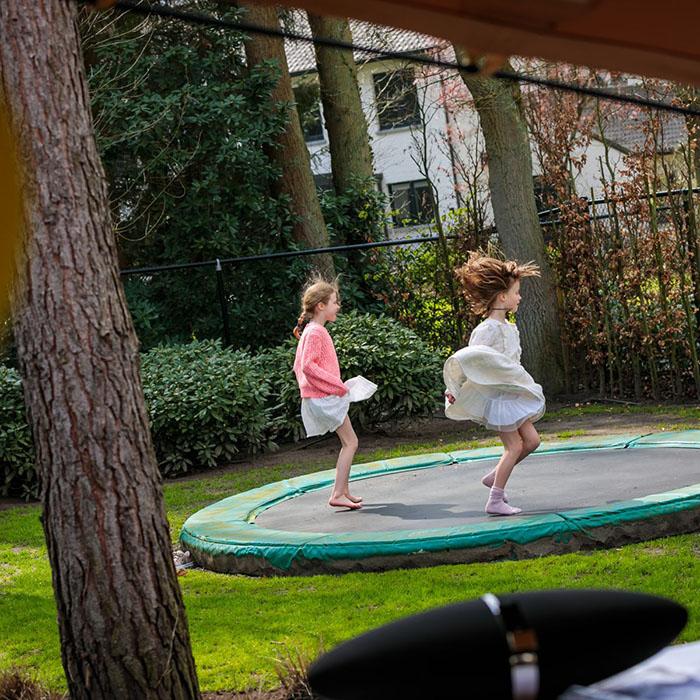 Kinderen op trampoline feestje