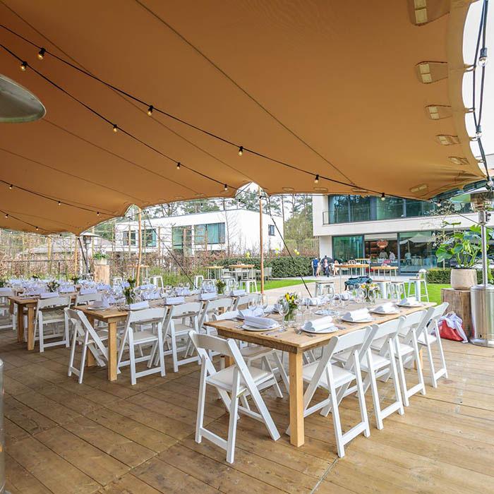 Gedekte tafels feest in open lucht
