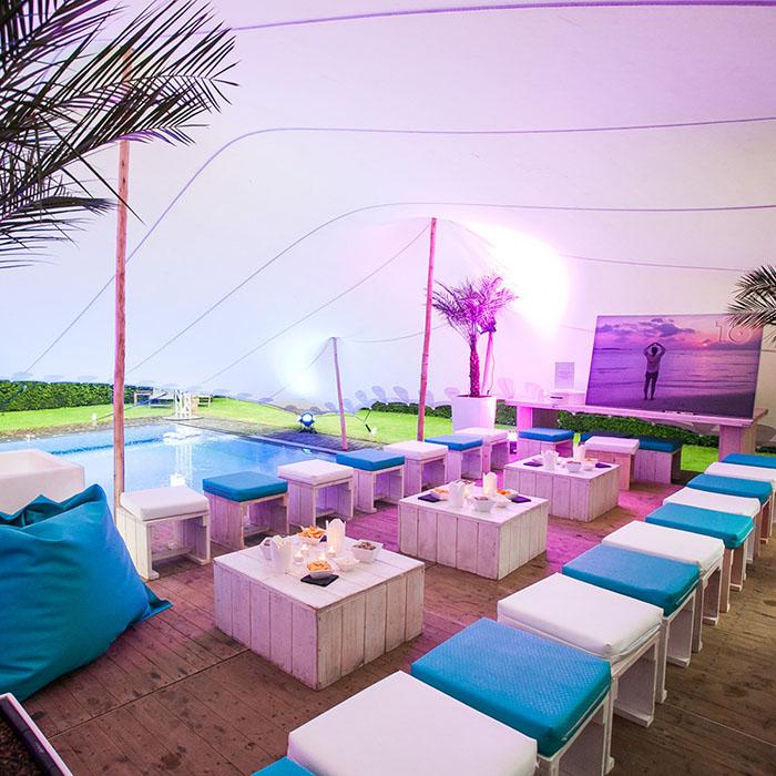 Buiten-event met tent en zwembad