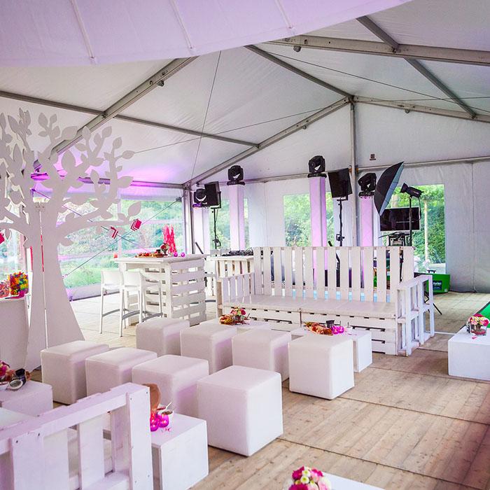 feest met thema wit en roze decoratie