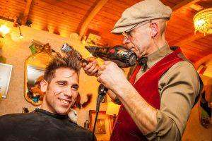 Dries Desmet als barbier op bedrijfsevent KonseptS