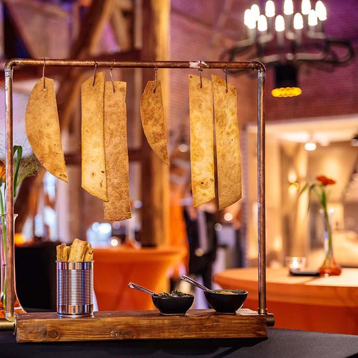 Heerlijk korkante deegwaren met dips, gepresenteerd op een hangrekje bedacht door de catering van KonseptS