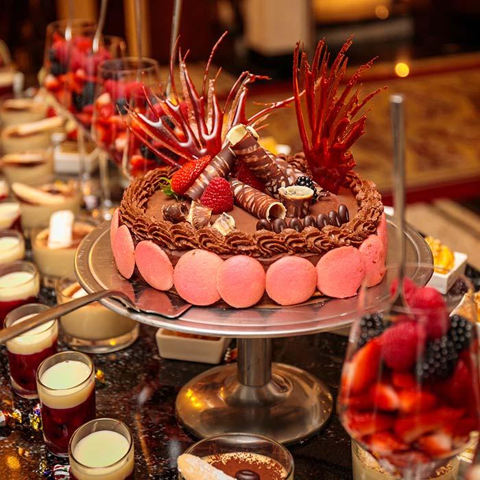 Heerlijke dessert tafel met als centerpunt een feestelijk versierde chocoladetaart verzorgd door Evenementenbureau KonseptS
