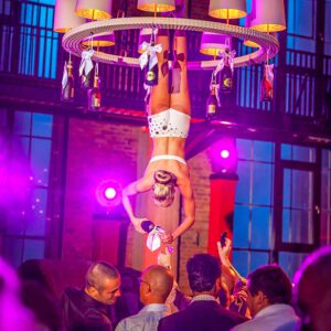 Acrobatisch geserveerde champagne, een catering beleving bedacht door KonseptS Evenementplanners