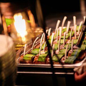 Een walking buffet word voorbereid door de catering experts van KonseptS