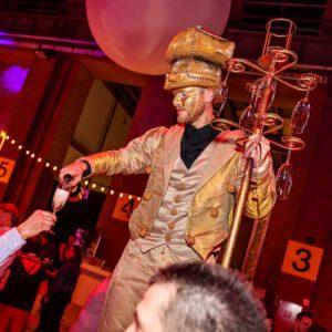 Gouden Champagne butler op stelten, een catering animatie concept van KonseptS