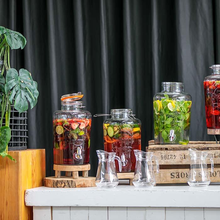 Rustiek gepresenteerde huisgemaakte natuurlijke drankjes, gecaterd door de organisatie van KonseptS