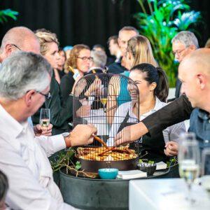 origineel geserveerde hapjes in een vogelkooitje, catering gebracht door KonseptS evenement planners