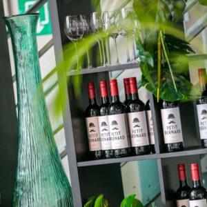Modern wijnrek met flessen rode wijn van Petit Bernard, Klaar voor een feest van KonseptS