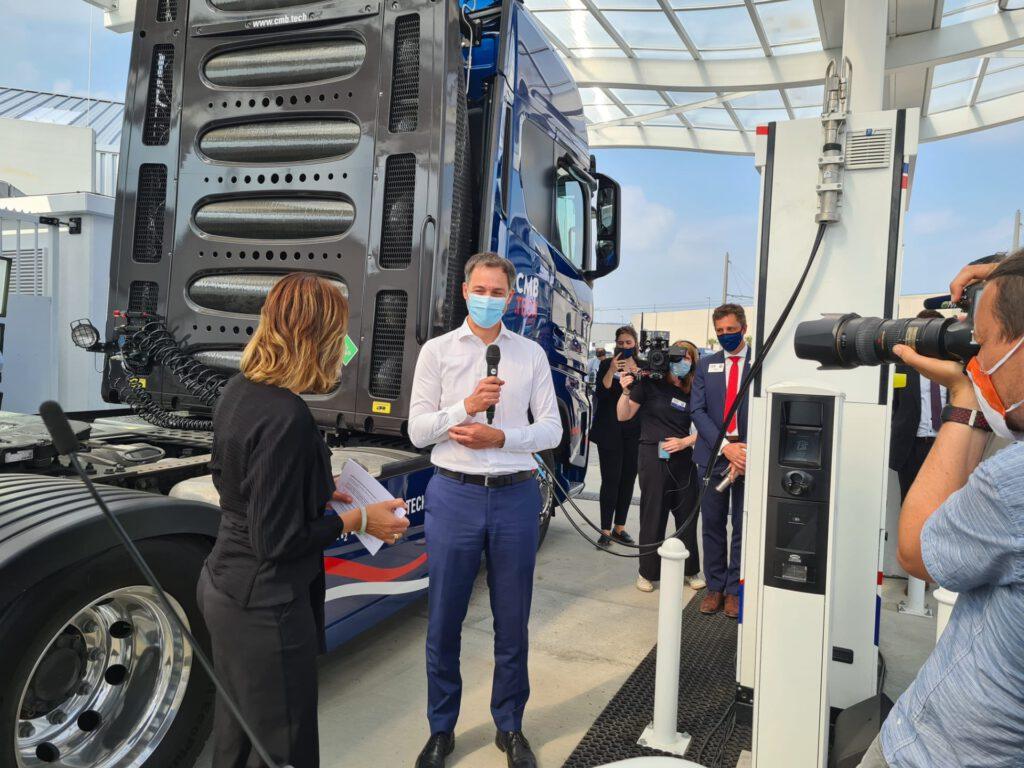 Alexander De Croo rijdt met waterstoftruck